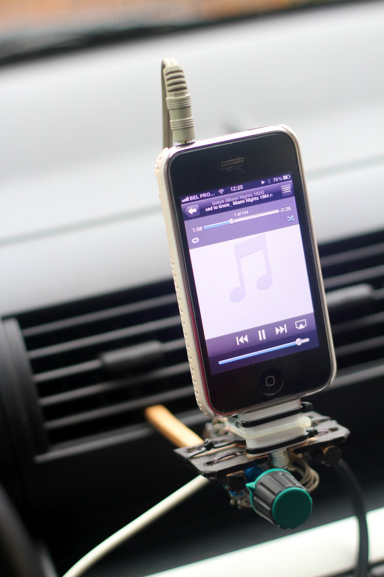 Car-iphone-dock-3